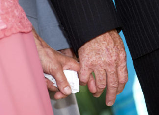 seniorholdinghands